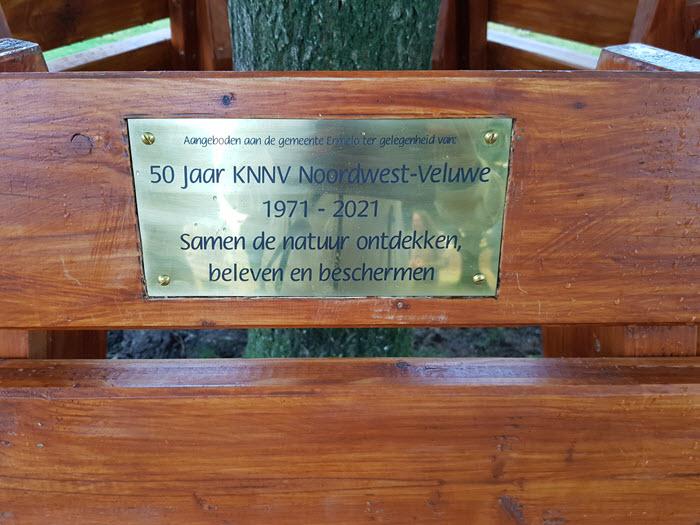 Gedenkplaatje bankje KNNV Noordwest Veluwe