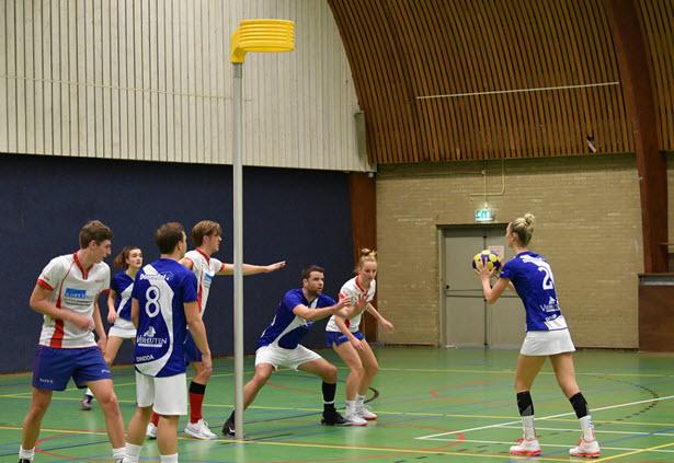 Foto: topscoorder Saskia Lieman speelt de vrije bal in op Jonathan van der Beek