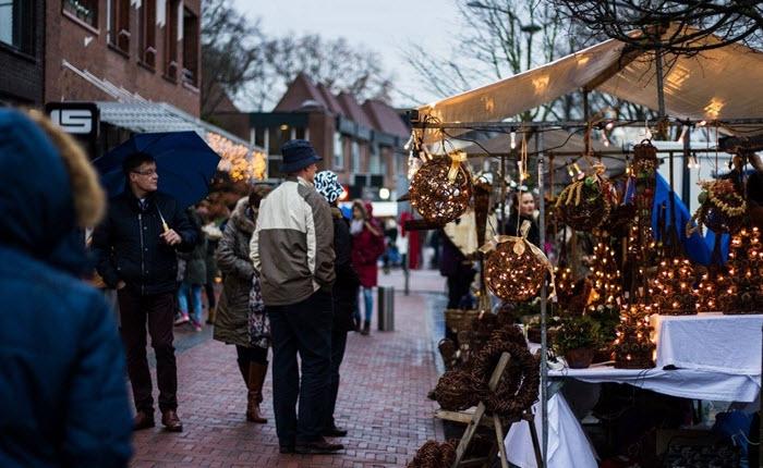 Kerstmarkt in rood, goud en wintersferen