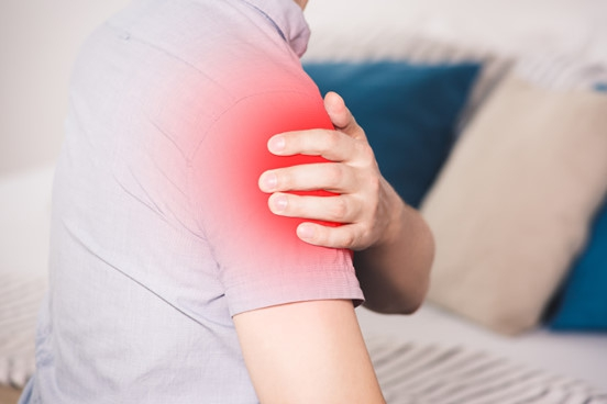 Komt dit bekend voor?  Bij het opstaan schiet er een pijnscheut door de schouder. Waarschijnlijk verkeerd gelegen...