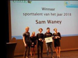 Sporttalent van het jaar Sam Waney ontvangt een cheque t.w.v. € 200 van Univé