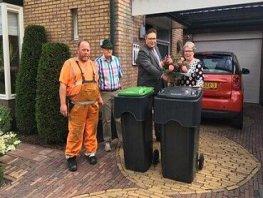 Wethouder reikt laatste set afvalcontainers uit