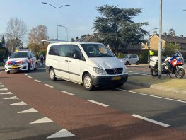 Fietser belandt op voorruit busje, oudere vrouw gewond