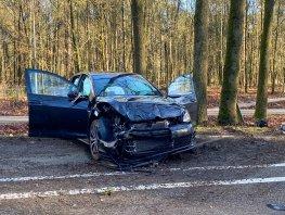 Personenauto van de weg geraakt en tegen een boom gebotst