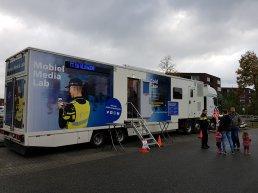 In gesprek met de politie in het Mobiel Media Lab